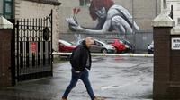 """L'oeuvre d'un artiste français baptisé  """"Le fils de Protagoras"""" sur un mur à Belfast, en Irlande du Nord, au Royaume-Uni, le 28 février 2017 [PAUL FAITH / AFP]"""