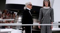 Karl Lagerfeld sur le podium au terme du défilé Chanel, le 7 mars 2017 au Grand Palais à Paris [Patrick KOVARIK / AFP]