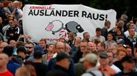 """""""Les criminels étrangers, dehors!"""", peut-on lire sur une pancarte dans une manifestation à Chemnitz le 27 août 2018, après la mort d'un Allemand tué dans une """"dispute entre des personnes de différentes nationalités"""" selon la police [Odd ANDERSEN / AFP]"""