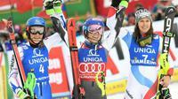 L'Américaine Mikaela Shiffrin (c) pose bras levés après avoir remporté le slalom de Semmering en Autriche, le 29 décembre 2018 [ROLAND SCHLAGER / APA/AFP]