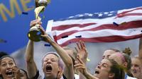 L'attaquante Megan Rapinoe soulève le trophée après la victoire des Etats-Unis face aux Pays-Bas en finale du Mondial-2019 féminin de foot, le 7 juillet 2019 à Décines-Charpieu [CHRISTOPHE SIMON / AFP/Archives]