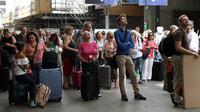 Les voyageurs patientent dans les halls de la gare Montparnasse à Paris, le 28 juillet 2018 [Bertrand GUAY / AFP]
