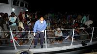 Des migrants, secourus en mer le 24 juin 2018 par les garde-côtes libyens, arrivent dans une base navale à Tripoli. [MAHMUD TURKIA / AFP]