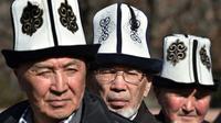 Des Kirghiz coiffés de l'Ak-Kalpak, chapeau traditionnel local, le 5 mars 2018 à Bichkek [Vyacheslav OSELEDKO / AFP/Archives]