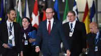 Le ministre des Affaires étrangères irlandais Simon Coveney (centre) arrive au sommet de l'Union européenne, à Bruxelles le 24 novembre 2017   [Emmanuel DUNAND / AFP]