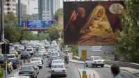 """Les automobilistes iraniens passent devant une affiche publicitaire du film de Majid Majidi,""""Mahomet"""", le 24 août 2015 à Téhéran [BEHROUZ MEHRI / AFP]"""