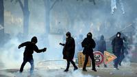 Un manifestant envoie un pavé contre des CRS, en marge du défilé syndical du 1er mai 2018, à Paris [ALAIN JOCARD / AFP]