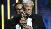 """Le réalisateur néerlandais Paul Verhoeven reçoit le César du meilleur film pour """"Elle"""", le 24 février 2017 à Paris [bertrand GUAY / AFP]"""