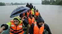 Les services de secours indiens évacuent des résidents d'Aluva, dans l'état du Kerala, le 16 août 2018 [- / AFP]