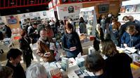 Des visiteurs au stand russe du Salon du Livre de Paris, le 16 mars 2018 au Parc des Exposition à Paris [PATRICK KOVARIK / AFP]