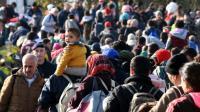 Des migrants et réfugiés attendent à la frontière entre la Croatie et la Slovénie, le 25 octobre 2015 à Kljuc Brdovecki, en Croatie [ / AFP]