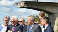 Les ministres des Affaires étrangères français et allemand, Jean-Marc Ayrault (d) et Frank-Walter Steinmeier, le 15 septembre 2016 à Slavyansk, dans la région de Donetsk, lors d'une visite dans l'Est de l'Ukraine [SERGEY BOBOK / AFP]