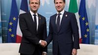 Le président français Emmanuel Macron (G) serre la main du Premier ministre italien Giuseppe Conte lors du sommet du G7 à Charlevoix, Canada [Ian LANGSDON / POOL/AFP/Archives]