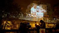 Le street artiste Julien Nonnon projette des photos monumentales sur les murs