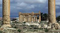 Le temple de Baalshamin, vu entre deux colonnes corinthiennes, le 14 mars 2014 dans la cité antique de Palmyre, en Syrie    [Joseph Eid / AFP/Archives]
