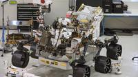 """Le rover Mars 2020 qui va s'envoler dans quelques mois vers la planète rouge ne se contentera pas d'y chercher d'éventuelles traces de vie passée, il servira aussi de """"précurseur à une mission humaine sur Mars"""" [Robyn Beck / AFP]"""