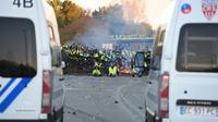 A Virsac, près de Bordeaux, des manifestants font face aux forces de l'ordre, le 18 novembre 2018 [NICOLAS TUCAT / AFP]