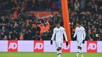 Les Français Kylian Mbappé (gauche) et Raphaël Varane après la défaite des Bleus face aux Pays-Bas, à Rotterdam le 16 novembre 2018 [EMMANUEL DUNAND / AFP]