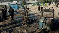 Des personnels de sécurité à Jalalabad, après une attaque kamikaze lors de funérailles dans l'est de l'Afghanistan, le 31 décembre 2017 [NOORULLAH SHIRZADA / AFP]