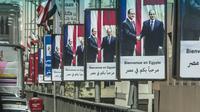Des portraits du président français François Hollande (g) et du président égyptien Abdel Fattah al-Sisi (d) au Caire le 17  avril 2016 [KHALED DESOUKI / AFP]