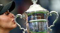 La Canadienne Bianca Andreescu embrasse le trophée de l'US Open qu'elle vient de remporter en finale face à l'Américaine Serena Williams, le 7 septembre 2019 à New York [CLIVE BRUNSKILL / GETTY IMAGES NORTH AMERICA/AFP]