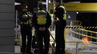 Des policiers se tiennent dans la gare de Manchester où a eu lieu l'attaque au couteau ayant fait trois blessés, dans la nuit du 31 décembre 2018 au 1er janvier 2019 [Paul ELLIS                        / AFP]