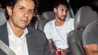 La star du football Neymar (D) et son médecin  Rodrigo Lasmar (G) à leur arrivée à Belo Horizonte, au Brésil, le 2 mars 2018, où l'attaquant a été opéré du pied droit [NELSON ALMEIDA / AFP]