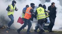 """Evacuation d'un blessé lors d'une manifestation de """"gilets jaunes"""" à Nantes, le 22 décembre 2018 [Sebastien SALOM-GOMIS / AFP]"""