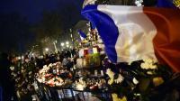 Fleurs, bougies et drapeau tricolore place de la République le 22 novembre 2015 à Paris [LOIC VENANCE / AFP/Archives]