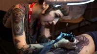 Une tatoueuse au travail lors du Mondial du tatouage, le 6 mars 2015 à Paris [JOEL SAGET / AFP/Archives]