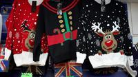 Après la déferlante des soldes du Black Friday, une autre importation anglo-saxonne fait sensation à l'approche des fêtes de fin d'année: le très kitsch pull de Noël, avec ses motifs de flocons, têtes de rennes et couleurs criardes. [NIKLAS HALLE'N / AFP/Archives]