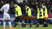 """L'attaquant vedette du PSG Neymar, touché à une cheville, sort sur une civière lors du """"clasico"""" contre Marseille, au Parc des Princes, le 25 février 2018    [GERARD JULIEN / AFP]"""