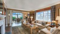 Le salon de l'appartement offre une vue sur le poumon vert de Big Apple.