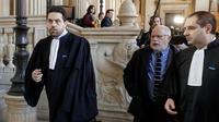 Samuel Sandler (c), et ses avocats Elie Korchia (d) et Patrick Klugman (g), à leur arrivée au procès en appel d'Abdelkader Merah, le 25 mars 2019 à Paris [Thomas SAMSON / AFP]