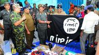 Les forces de l'ordre devant des objets saisis après l'assaut lancé contre une cache de jihadistes, à Kalmunai, au Sri Lanka, le 26 avril 2019 [STRINGER / AFP]