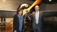 Anne Hidalgo (g) et Gilbert Ysern posent le 25 mai 2013 à Paris devant une réplique de l'avion de Roland Garros [Patrick Kovarik / AFP/Archives]