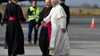 Le Pape François accueilli par l'évêque de Temuco Hector Vargas à l'aéroport de Maquehue le 17 janvier 2018 [Vincenzo PINTO / AFP]