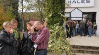 Des employés du groupe Thalès sont rassemblés le 26 octobre 2009 à Châteaubourg en mémoire d'une de leurs collègues qui s'est suicidée [Frank Perry / AFP/Archives]
