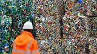 Un employé du syndicat de collecte des déchets Kerval, à Ploufragan, le 21 août 2018 [LOIC VENANCE / AFP]