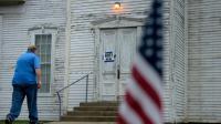 Un électeur américain se dirige vers un bureau de vote pour la primaire dans l'Ohio le 15 mars [Brendan Smialowski / AFP]