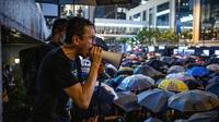 Un homme harangue la foule lors d'une manifestation dans le centre-ville de Hong Kong, le 2 août 2019 [Laurel Chor / AFP]