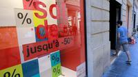 Un magasin affichant les soldes, le 24 juin 2015 à Bordeaux [NICOLAS TUCAT / AFP/Archives]