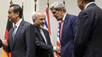 Poignée de mains entre le ministre iranien des Affaires étrangères Mohammad Javad Zarif et le secrétaire d'Etat américain John Kerry après un accord à Genève sur le nucléaire, le 24 novembre 2013 [Fabrice Coffrini / AFP]