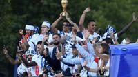 Les Bleus champions du monde descendent les Champs-Elysées à bord d'un bus à impériale, le 16 juillet 2018 [Eric FEFERBERG / POOL/AFP]