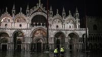 Des secouristes sur la place Saint-Marc inondée, le 12 novembre 2019 à Venise  [Marco Bertorello / AFP]
