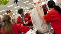 """Des consommateurs dans un magasin lors du """"Black Friday"""", à Braintree, dans le Massachusetts, le 23 novembre 2012 [Allison Joyce / Getty Images/AFP]"""