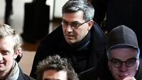 """Le chef du groupe dit """"de Tarnac"""" Julien Coupat arrive au procès avec une personne portant le masque du procureur Olivier Christen, le 13 mars 2018 [ALAIN JOCARD / AFP/Archives]"""