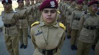 Des jeunes pakistanaises lors d'un défilé au Collège des cadettes, à Mardan, le 25 octobre 2017 [Farooq NAEEM / AFP]