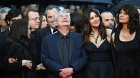 """Le réalisateur Claude Lelouch (C)et les actrices Monica Bellucci et Marianne Denicourt arrivent pour la projection du film """"Les Plus Belles Années D'Une Vie)"""" lors du 72e festival de Cannes, le 18 mai 2019 [LOIC VENANCE / AFP]"""
