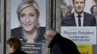 Affiches de campagne, le 23 avril 2017, à Valence d'Agen [PASCAL PAVANI / AFP]